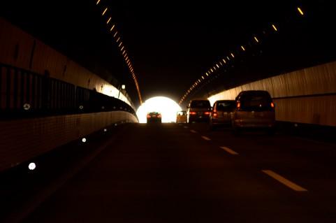 山越えのトンネル道路