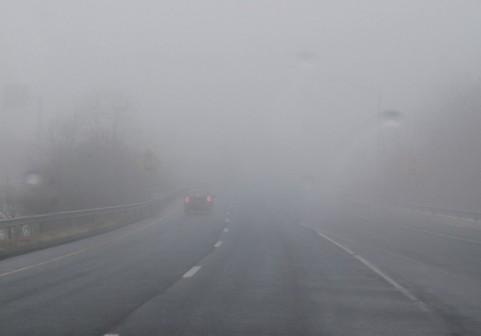 霧で見通しが悪い道路