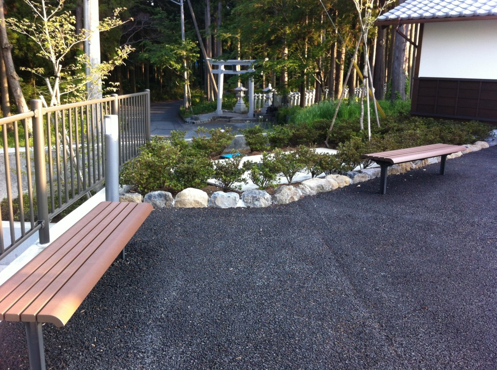 山宮浅間神社市営駐車場内ベンチ